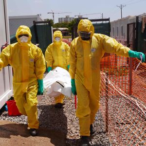 Medical Corpsin jäsenet kantavat koronaviruspotilaan ruumista.