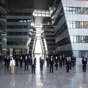 Antony Blinken, Jens Stoltenberg ja ulkoministerit ryhmäkuvassa Naton ulkoministerien kokouksessa Brysselissä.