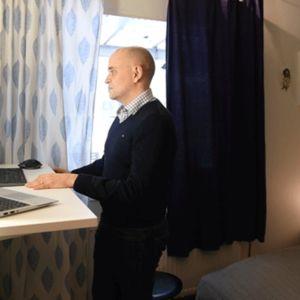 Tilipalvelu Rantalaisen talousjohtaja Ville Kujansuu työskenteli ergonomisesti sähköpöydän ääressä etänä kotonaan Tuusulassa 26. maaliskuuta.