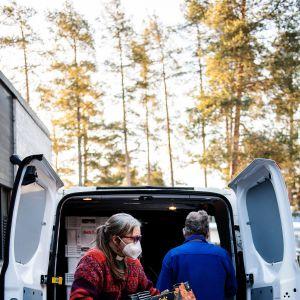 Espoonlahden seurakunta jakoi ruoka-apua maanantaiaamuna 22. maaliskuuta.