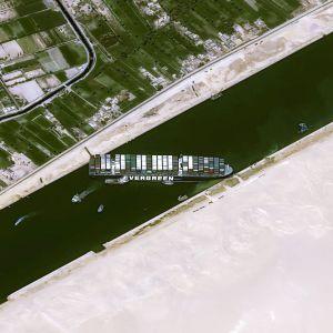 Ilmakuva Suezin kavasta ja Ever Given -konttialuksesta.