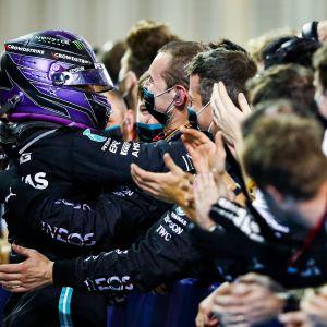 Mercedeksen Lewis Hamilton juhlii tallin työntekijöiden kanssa.