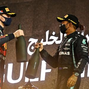 Max Verstappen ja Lewis Hamilton juhlivat palkintokorokkeen.