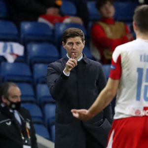 Steven Gerrard (vas.) juttutuokiolla Slavia Prahan tshekkipelaaja Ondrej Kudelan kanssa
