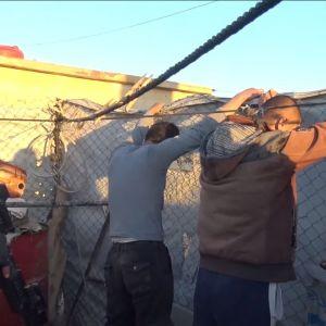 YPG Koillis-Syyriassa toimivan kurdihallinnon armeijan sotilaat pidättämässä ihmisiä.