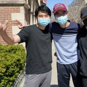 Opiskelijat Raikun Liang (vas.) Peter Yung (kesk.) ja Sam Chai (vas.) poseeraavat kameralle.