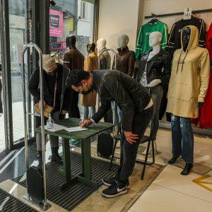 Rekisteröitynyt asiakas saapuu varatulla ajalla vaatekauppaan ostoksille Brysselissä.