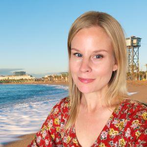 Maija Salmi editoituna kuvaan Barcelonan hiekkarannasta.