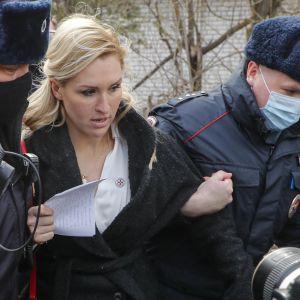 Poliisit ottivat kiinni mielenosoituksessa olleen Navalnyin henkilökohtaisen lääkärin Anastasia Vasiljevan.
