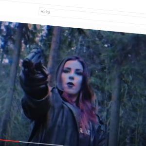 Kuvakaappauksessa Mercedes Bentso ase kädessä.