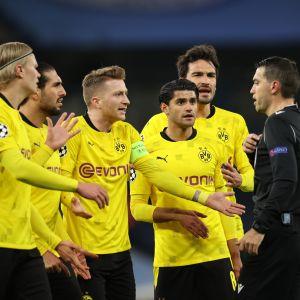 Dortmundin pelaajilla oli City-ottelussa asiaa tuomari Ovidiu Hateganille