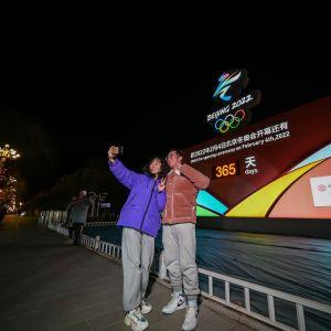 Ihmisiä poseeraa lähtölaskentakellon edessä helmikuussa Zhangjiakou, Hebei Province of China.