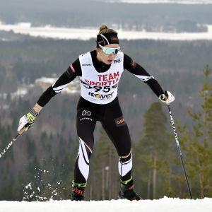 Hämeenlinnan Hiihtoseuran Laura Mononen naisten vapaan tyylin 30 kilometrillä maastohiihdon SM-kilpailuissa Ristijärvellä 28. maaliskuuta 2021.