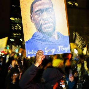Mielenosoittajia kadulla Minneapolisissa.