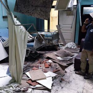 Romahtanut katto sairaalahuoneessa.