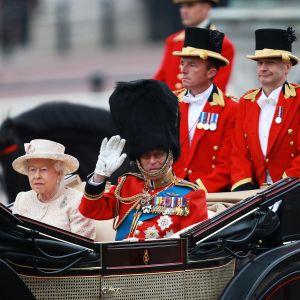 Prinssi Philip tervehtii katsojia vaunuista Trooping of the Colour -seremoniassa kesäkuussa 2015.