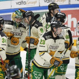 Ilveksen pelaajat onnittelevat Eetu Mäkiniemi (38) ottelun jälkeen jääkiekon Liigan ottelussa Ilves vs. Lukko.