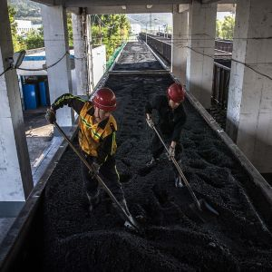 Hiiltä lastataan nubnavaunuihin Huanglingin kaivoksella Diantoussa Kiinassa.
