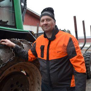 Metsänomistaja Kyösti Marttila lähdössä pienpuiden keruuseen.