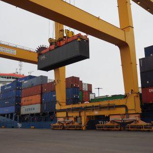 Suomen Olympiakomitean konttia nostetaan nosturilla laivaan.