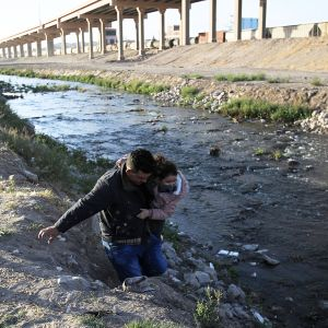 Perhe ylittää Rio Grande -jokea Ciudad Juarezissa Chihuahuassa Meksikossa.