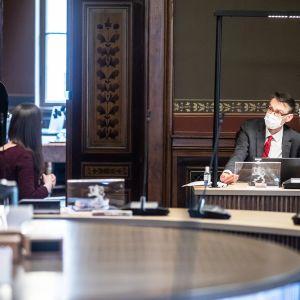 Pääministeri Sanna Marin ja oikeuskansleri Tuomas Pöysti keskustelevat Säätytalossa 3. maaliskuuta.