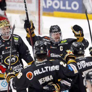 Kärppien kultakypärä Cody Kunyk (vas.), Shaun Heshka, Mika Pyörälä ja Jussi Jokinen juhlivat Jokisen 2-0-maalia