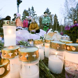 Nuoria surijoita ja muistokynttilöitä onnettomuuspaikalla Lähderannantien varrella Espoossa perjantai-iltana.