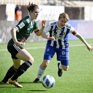 Tiina Tiainen (vas.) ja HJK:n Linda Ruutu jalkapallon Kansallisen liigan ottelussa HJK vs JyPK Bolt Areenalla Helsingissä 17. huhtikuuta 2021.