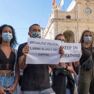 Black Lives Matter-mielenosoittajia Menorcalla.
