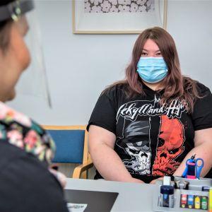 Saana Holopainen, 21, on asiakkaana työllisyyskokeilussa Outokummussa.
