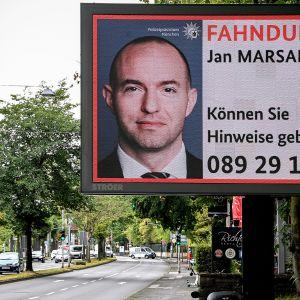 Jan Marsalekia koskeva etsintäkuulutuskyltti kadun varressa.