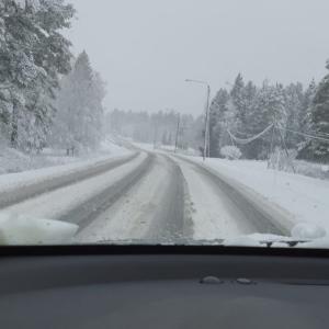 Auto etenee sohjoisella tiellä.