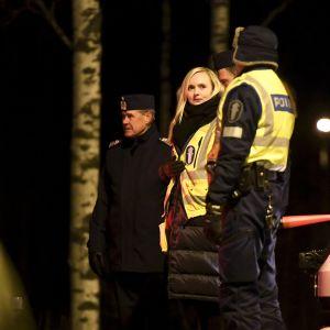 Keltaiseen poliisiliiviin pukeutunut Maria Ohisalo poliisin tarkistuspisteellä.