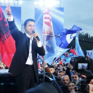 Albanian demokraattipuolueen johtaja Lulzim Basha kampanjatilaisuudessa Tiranassa 23. huhtikuuta.