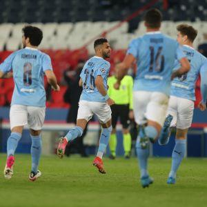 Riyad Mahrez juhlii Manchester Cityn 2-1-voittomaalia