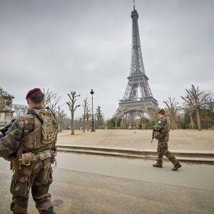 Ranskan armeijan sotilaita Eiffel tornin edessä.