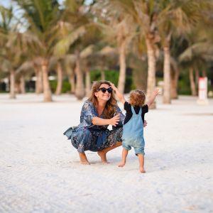 Somevaikuttaja Anna Pastak ja hänen lapsensa rannalla Arabiemiraateissa keväällä 2021.