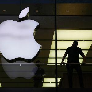 Applen valomainos liikkeen lasiseinässä Frankfurtissa.