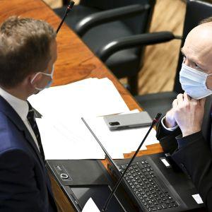Kokoomuksen Petteri Orpo ja perussuomalaisten Jussi Halla-aho keskustelevat eduskunnassa.
