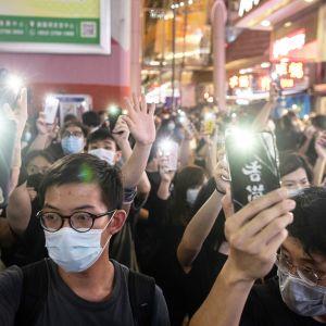 Mielenosoittajia kadulla Hongkongissa.