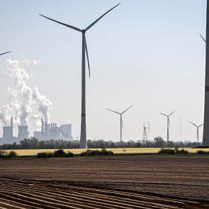 Neurathin hiilivoimala Grevenbroichissa Saksassa, etulalalla tuulivoimaloita.