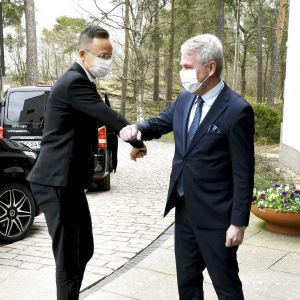 Ulkoministerit Pekka Haavisto ja Peter Szijjarton tapasivat Helsingissä 5. toukokuuta.