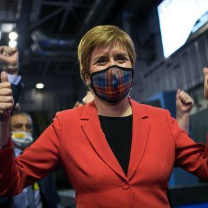 Skotlannin pääministeri ja kansallispuolueen puheenjohtaja Nicola Sturgeon riemuitsee vaalivoitosta.