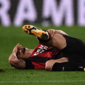 Zlatan Ibrahimovic Ibrahimovic makaa kentällä ja pitää jalkaansa.