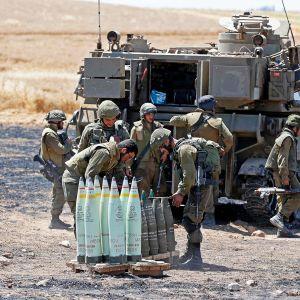 Israelin armeijan tykistö valmistelee iskua Gaxzaan asemissaan läheläl Sederotin kaupunkia.
