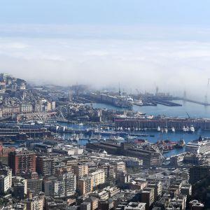 Genovan satama-alue ilmasta kuvattuna, sumua merellä.