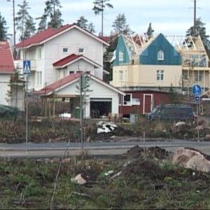 Omakotitaloja rakenteilla Lahden Karistossa.