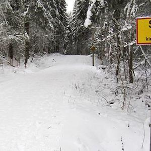 Liikennemerkki hiihtoladun varressa.
