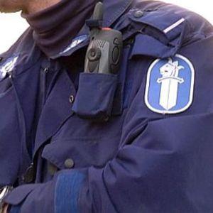 Poliisi virkapuvussa